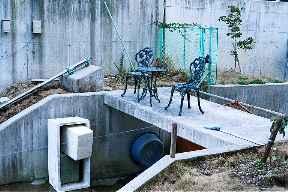 椅子とテーブル!? (12KBytes) 288×192